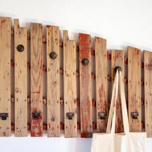 Colgador rojo madera reciclada