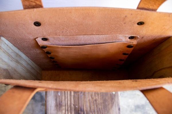 tote bag cuero y madera recuperada detalle bolsillo