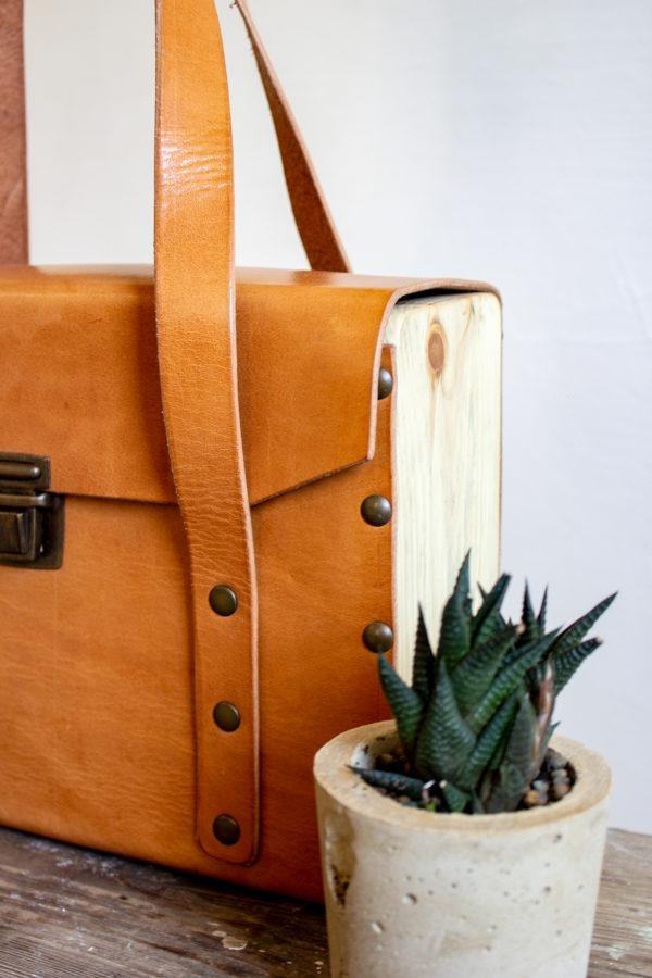 maletín cuero y madera recuperada